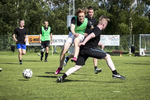 Även om det var en vänskaplig turnering var det stundtals riktig kamp på plastgräset. Det kan inte minst Niklas Einars, som på bilden tar emot en av många tacklingar, intyga.