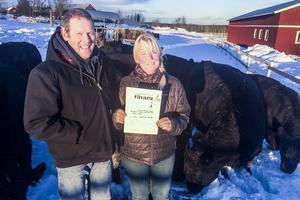 Graham Kent och Elisabeth Andersson visar stolt upp diplomet som förkunnar att de producerar Sveriges näst bästa kött.
