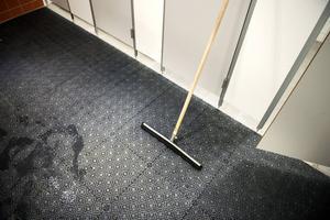 Golvet i servicehuset lutar åt fel håll, hävdar ägaren av campingen. Därför har han inte betalat byggfirman, säger han.