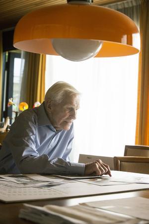 Jack sitter ofta vid bordet i vardagsrummet när han jobbar med  ritningar  som är stora och behöver mycket plats. Över honom hänger lampan Vienini av en glaskonstnär i Venedig.