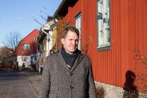 I Lars Gustafssons kvarter. Erik Jersenius, VLT:s kulturredaktör och ordförande för stipendiejuryn, vid det hus på Kykrbacken i Västerås där Lars Gustafsson skrev flera av sina främsta verk.