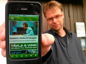 Anders Uddling visar stolt upp den nya appen.
