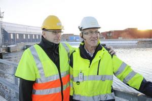 Tommy Borgh, elproduktionschef, och projektansvarige Franz Birkl firar att kraftstationen är klar.