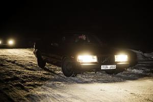 Bakom ratten, Anna Roberts från Herrö, tillsammans med sina väninnor på isbanan.