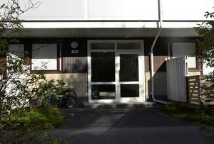 Porten till Bågevägen 39 C där 11-årige Johan Asplund bodde tillsammans med sin mamma Anna-Clara Asplund i en lägenhet på markplan.
