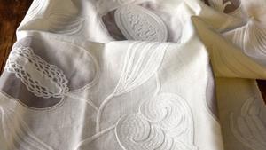 Ljust och fräscht blir det vara när svensken väljer gardiner. Väljer man ett mönster går det ofta i grått eller blått.