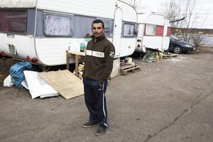 Atanas Asenov bor tillsammans med sin hustru och son i en husvagn längst ut på Gävle strand.
