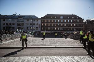 Nazistiska Nordiska motståndsrörelsen till vänster och motdemonstranter till höger strax innan nazisterna återvände till sin uppsamlingsplats vid regementsområdet.