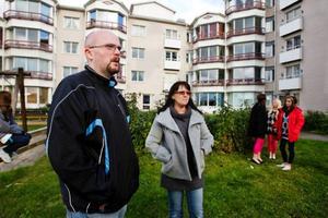 """""""Vi vill hjälpa till att utforma lekplatsen och gården"""", säger Erling Dahl och Birgitta Kronberg på Stöttingvägen i Torvalla."""