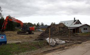 Nu har saneringen av den arsenikförgiftade marken i Helgum påbörjats. Till våren ska arbetet slutföras.