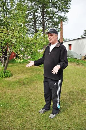 """OVISSHET. Karl-Erik Lindell och hans familj skulle bygga sitt drömställe när de köpte en fastighet i Älvkarleö bruk 1998. """"Vi skulle ha varit färdiga nu. Men jag vågar inte investera några pengar i byggandet förrän jag vet om marken är förgiftad eller inte"""", säger Karl-Erik Lindell."""