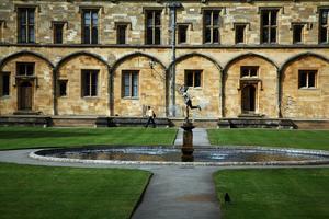 Trinity Collage i Oxford, där och i Cambridge studerar många som tillhör etablissemanget i England. Oxbridge kallas universiteten med ett gemensamt namn.