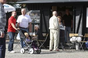 Valtal? Med valet vara några veckor bort utspelades en hel del samtal vid partiernas valstugor. Bild: JAN WIJK
