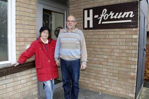 Ingegärd Jonsson och Dick Persson utanför Hörselskadades förenings lokal på Hårstagatan i Skutskär.