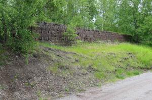 Spår av järnvägen mellan Gruvan och Ättiksfabriken finns fortfarande kvar. Här är lämningar efter järnvägsbanken norr om Hanrö.