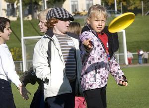 Diskusgolf går ut på att kasta en frisbee och försöka träffa ett utsträckt lakan. Koordination och träffsäkerhet behövs, något som Lovisa Nilsson visade upp.