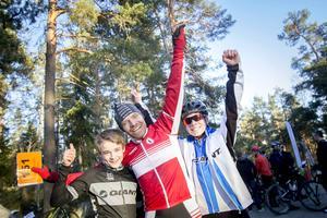 Vilgot, Tomas och Edvin Lindh från Härnösand i ett segervrål efter familjesegern.
