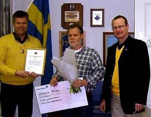 Emma Johanssons pappa Tommy tog emot årets lokala stipendium från Lions i Härnösand, här med Mats Norlén (till vänster) och Kenneth Näslund.