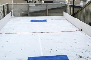En träregel med fastskruvade OSB-skivor håller ihop konstruktionen. Linjer och målvaktsytor målades på presenningen.