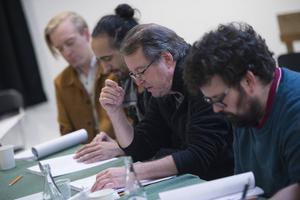 Göran Ragnerstam läser sina repliker ur manuset, omgiven av Andreas T Olsson, Hamadi Khemiri och Eric Stern.