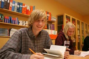 Knep. Johannes Bodell och Elin Englund fick lära sig en rad knep som gör dem till bättre författare när författaren Magnus Nordin besökte Petreskolan i onsdags.