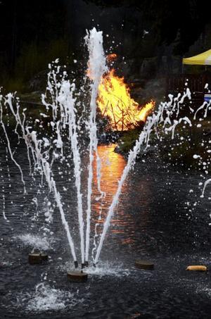 Bra flyt. I Laxå brann elden på en flotte i Midsommarbadet.