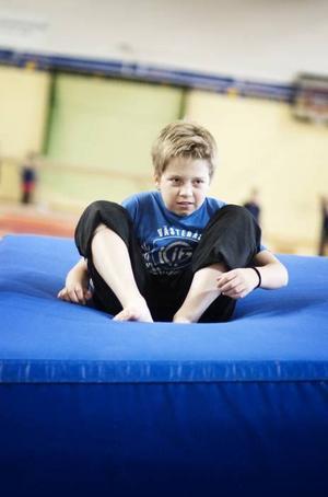 Lukas Faxå, 13 år, landar mjukt efter en rejäl ansats och hopp.