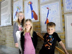 Målningarna som Hanna Adolfsson, Wilma Strömberg, Ludvig Nilsson visar upp inspireras av statyn som står i Odenskog.