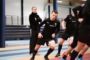 Under tisdagen drog ÖSK i gång den gemensamma träningen igen. Peo Ljung höll ett vakande öga.