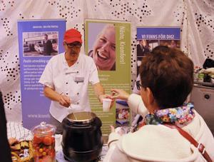 Åke Nordlander från Kramfors kommuns kostenhet bjuder på kålrotssoppa.