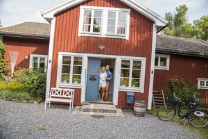 Förväntansfulla. Josefine och Marcus Wallén ser fram emot att få välkomna gäster till Mats Persgården som ligger längs den gamla postvägen i Tomta söder om Grisslehamn.