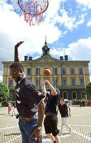 Foto: ANNAKARIN BJÖRNSTRÖM Nyinvigd. Basketspelaren Fallou Seck provspelade på den nya basketplanen på Rådhustorget i Gävle.