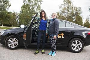Jasmine Hulin är på väg ut i körskolebilen tillsammans med handledaren Sara Idén.