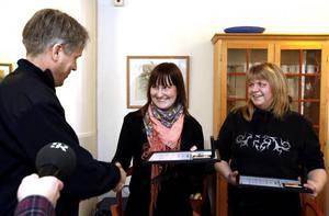 Mats Granat uppvaktade Elin Bergström och Marie Dahlman för deras insats.