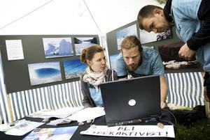 Grön fred i Liljekvistska parken. Greenpeace finns på plats, och många anmäler sitt intresse. Emma Hell Lövgren, Peter Svennberg och Mats Sköld vill uppmärksamma de globala klimatfrågorna.