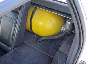 I skuffen bakom baksätet finns tanken i form av en gasoltub.