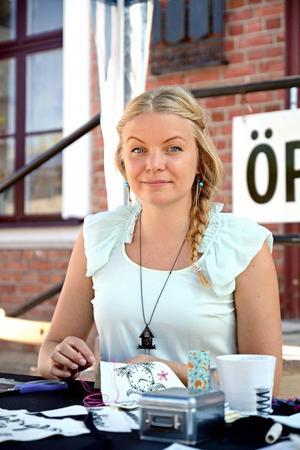 Textilformgivaren Katarina Widegren håller på med ett framtida konstprojekt.
