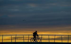 En cykeltur till jobbet istället för att ta bilen kan ge tio gratis träningspass i veckan.