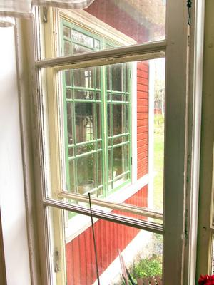 Nytillverkade fönster i gammal stil.