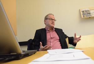 8,5 miljoner kronor mer till äldreomsorgen. Det föreslår Jukka Tekonen i konsultutredningen om äldreomsorgen som nu presenteras. - Ledning och styrning måste förbättras, mer resurser måste tillföras till äldreomsorgen och lugn och ro måste skapas i hela verksamheten, säger Jukka Tekonen.