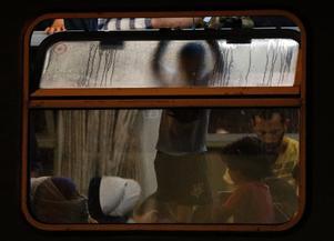 Flyktingar väntar i natten på ett tåg i Bicske, Ungern på fredagen den 4 september.