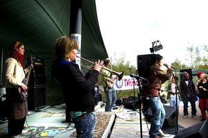 Bandet Skandidate. Längs bort i bild initiativtagaren till festen, Isak Julin. På bas ses Anna Kalin, trumpet Malin Norberg och sång Shelly Ravid. Med i bandet fanns också Filip Stjernberg som spelade trummor.
