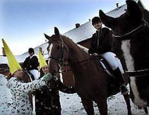 Foto: GUN WIGH Klar för uppvisning. Carola Hedman och Maria Roegert är klara för att rida in till uppvisningen, medan Nathalie Östlund och Sofia Muhr klappar om hästarna.
