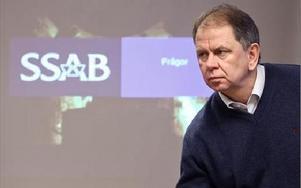 Chefen för valsverk och beläggning i SSAB Tunnplåt i Borlänge Ronnie Högberg ägnade måndagen åt att informera anställda om neddragningen.– Efterfrågan på stål har minskat dramatiskt, sa han.Foto: Johnny Fredborg