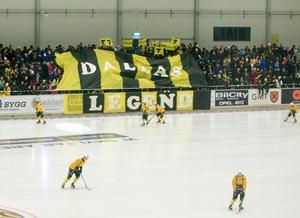 Även Brobergs tifogrupp hyllade Dallas Sedvall inför hemmapremiären.