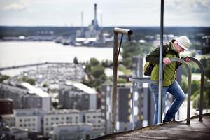Anders Nyhlén tar sista steget upp på taket på silon. Det blev bara några meters klättring efter hissfärden som tog ornitologerna upp till pilgrimsfalkarna.