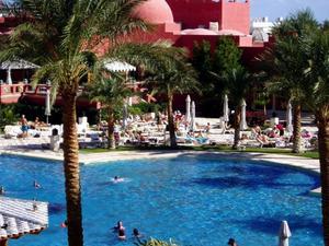 En av många stora resorts i Hurghada där turisten förväntas befinna sig större delen av vistelsen. Foto: Stockxchng