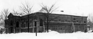 HANGAR. Ridhuset, som revs 1941, låg vid Drottninggatan på Alderholmen och användes bland annat som cirkusbyggnad. Här byggde Eric Nicolini sitt flygplan 1910.