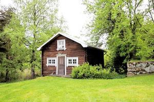 Gårdshuset i timmer från slutet av 1800-talet finns i trägården.