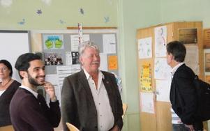 -- Vi vill få bättre underlag för beslut och också visa personalen att vi bryr oss, säger Krister Johansson (S) i mitten om varför man rester runt till en rad skolor i går.FOTO: PER EKLUND